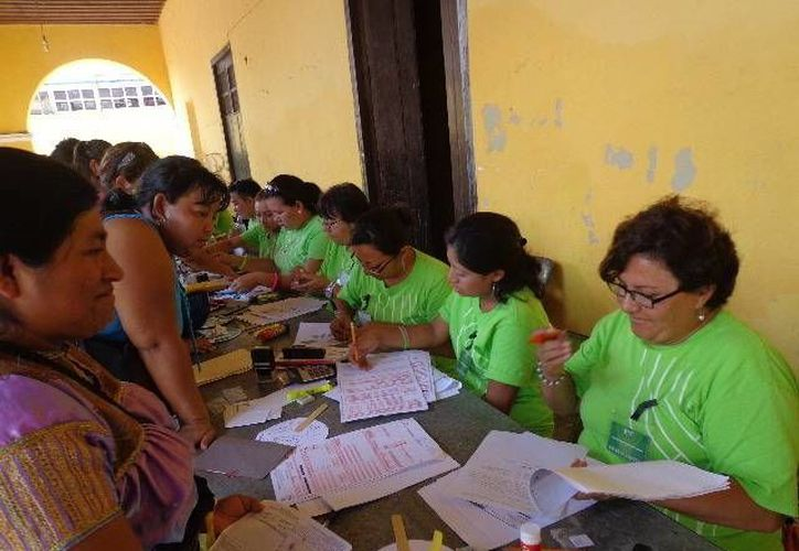 Vecinas de Progreso en busca de obtener una beca para sus hijos. (Manuel Pool/SIPSE)