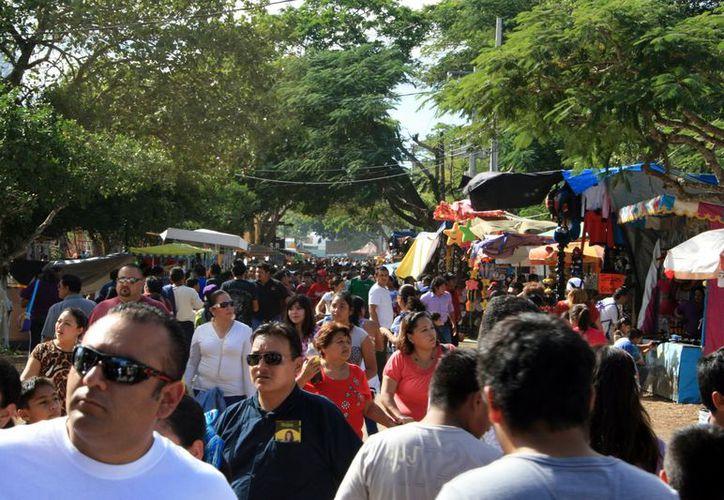 Los visitantes a Xmatkuil dejaron de ver los negocios y ya empezaron a comprar en plan grande. (SIPSE)
