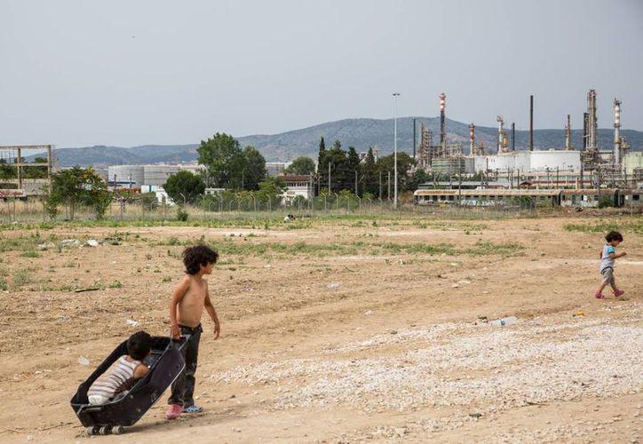 En condiciones precarias sobreviven cientos de migrantes que lograron escapar de la guerra en medio oriente, sin embargo, el futuro resulta más incierto que antes. (Notimex)