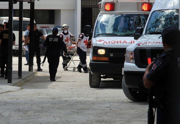 Los paramédicos de la Cruz Roja acudieron para atender a los lesionados. (Fotos: Luis Soto/SIPSE)