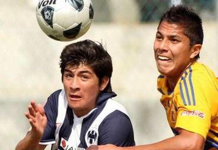 El yucateco Ulises Briceño (izq.) fue ayer la figura de Rayados Sub-20. (SIPSE)