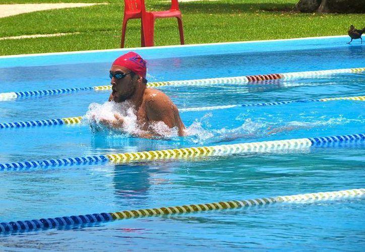 El joven de 21 años trabaja de forma intensa, con sesiones de yoga dos veces por semana, nado en alberca, crosfit y trx. (Redacción/SIPSE)