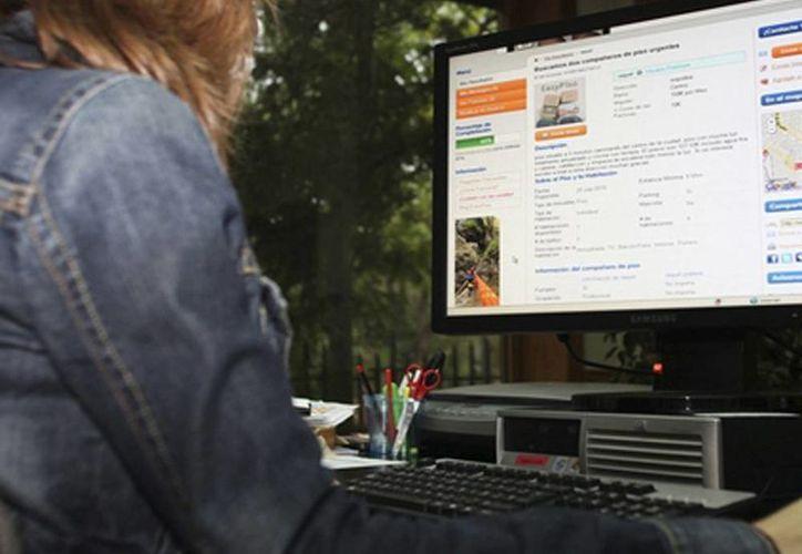 Ante la necesidad de obtener un empleo, muchas personas buscan en bolsas de trabajo de la internet. Imagen de contexto de una mujer navegando en una página web. (Milenio Novedades)