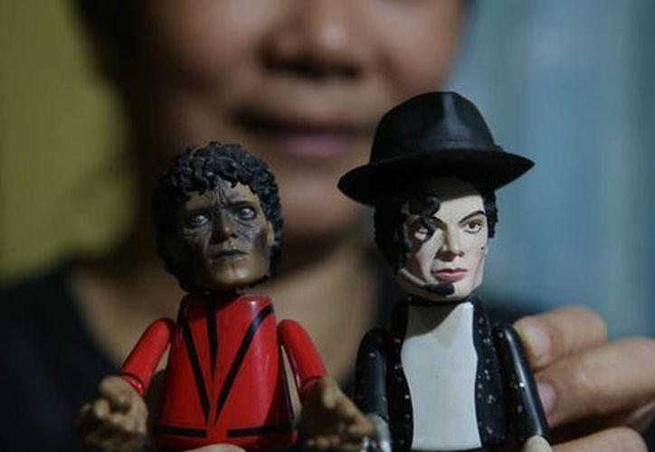 Una fan de Filipinas muestra unos muñecos de Michael Jackson, en su casa de Manila. (Agencias)