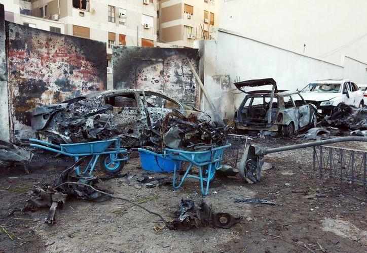 Camión bomba estalló hoy cuando cientos de reclutas se concentraban en el centro de entrenamiento para una ceremonia de graduación. Vista de varios vehículos dañados tras una explosión en Trípoli, Libia en noviembre de 2014. (EFE/Archivo)