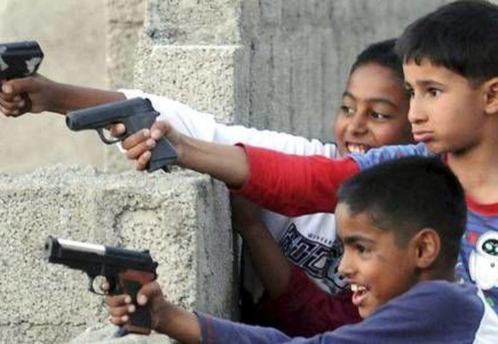 Niños juegan con armas de juguete en Pakistán, el país que más armamento compra. (EFE/Archivo)