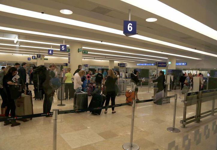 Buscan agilizar el flujo y movimiento de los viajeros en el aeropuerto de Cancún. (Israel Leal/SIPSE)