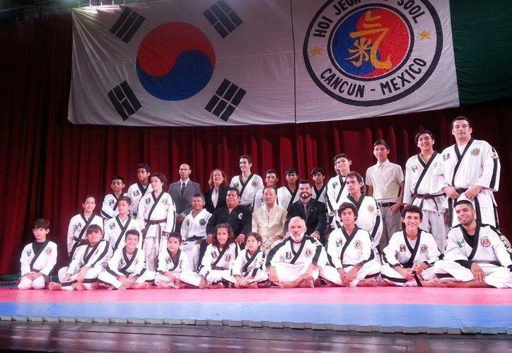 Los alumnos de la Asociación Estatal de Hapkido Hoy Jeon Moo Sool cumplieron con éxito su examen. (Redacción/SIPSE)