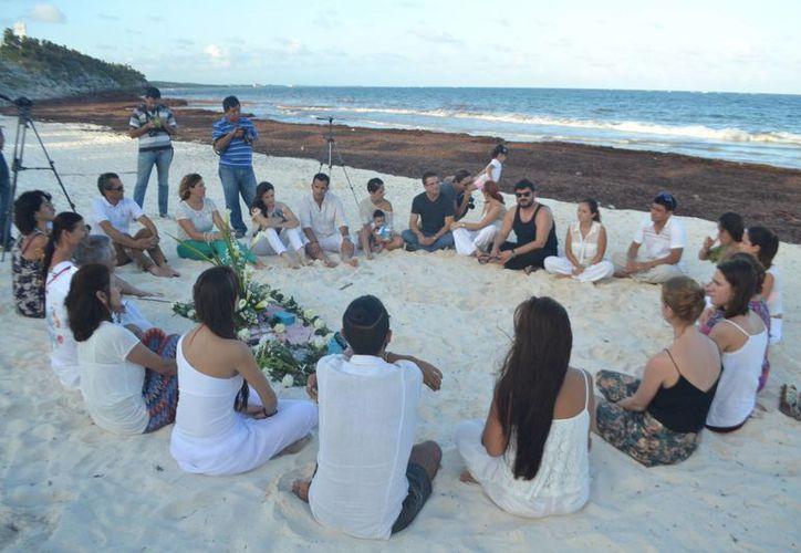 Más de una veintena de amigos rindieron homenaje a Daniela Ayón en Tulum. (Rossy López/SIPSE)
