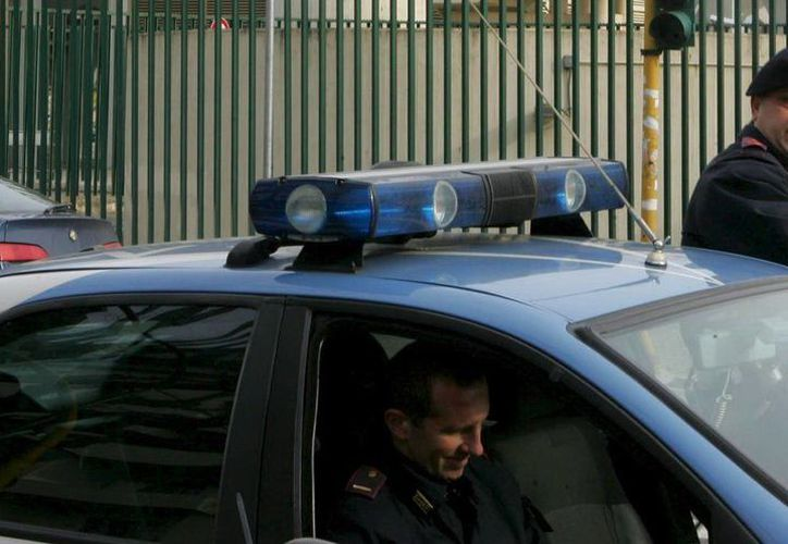 Dos agentes de policía montan guardia frente a un estadio italiano de fútbol. (Archivo/EFE)