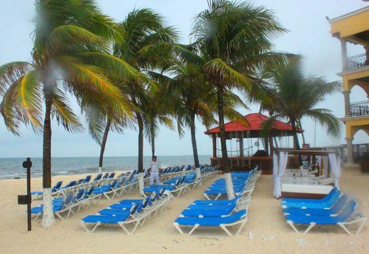 Elementos de Protección Civil suprevisan que los hoteles de la costa de Playa del Carmen tengan pararrayos. (Daniel Pacheco/SIPSE)