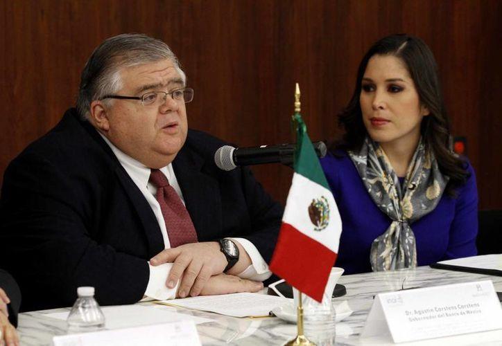 El gobernador del Banco de México, Agustín Carstens acompañado de Ximena Puente de la Mora, presidenta del INAI, y Oscar Guerra Ford, comisionado del INAI, encabezaron la firma de un convenio de colaboración entre el Banxico y el Instituto Nacional de Transparencia, Acceso a la Información y Protección de Datos Personales. (Notimex)