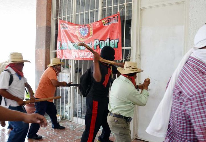 Rechazan que vayan a levantar el plantón que mantienen en la capital de Guerrero. (Archivo/Notimex)