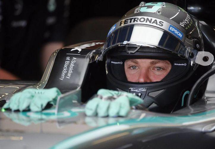 Nico Rosberg (foto) superó a su compañero de equipo en los entrenamientos rumbo al Gran premio británico.En la foto; Nico Rosberg llega a los pits tras lograr la pole el día de hoy. (AP)