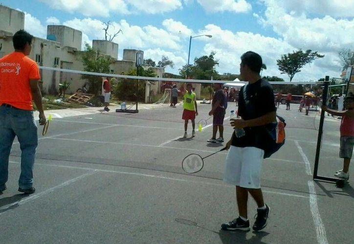 El entrenador de los Leones de la Anahuác y su grupo de jugaros realizan las actividades. (Raúl Caballero/SIPSE)