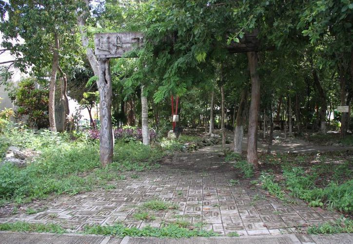 Los vecinos colocaron letreros de precaución en el parque. (Consuelo Javier/SIPSE)