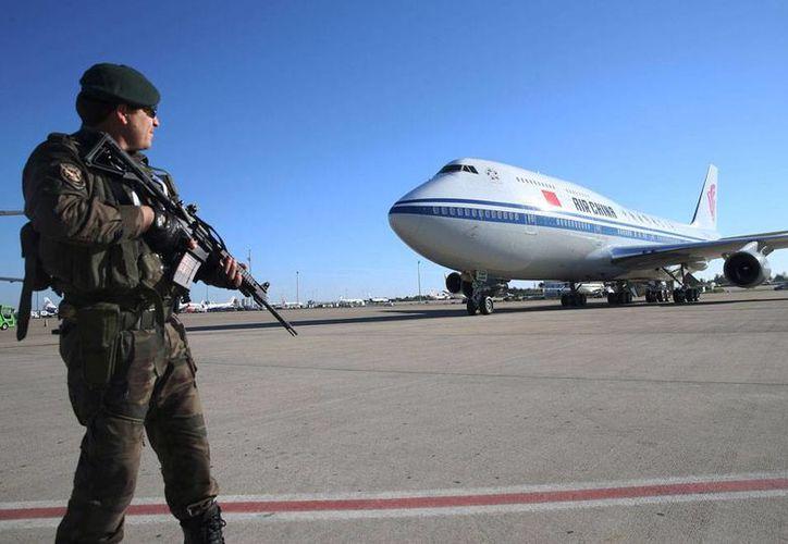 En Turquía, país donde se desarrolla la cumbre G-20, El Ejército mató a cuatro extremistas del Estado Islámico, organización que este viernes ejecutó varios atentados terroristas en Francia. La imagen es de la llegada, bajo fuertes medidas de seguridad, del presidente de China, Xi Jinping. (AP)