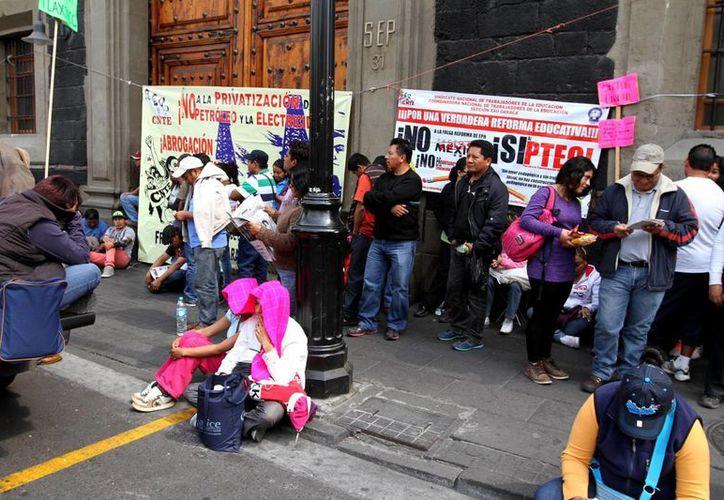 Chuayffet: aun cuando los docentes tienen derecho a manifestarse, no deben faltar a su responsabilidad en las aulas. En la foto, manifestación de maestros de la CNTE a las afueras de las instalaciones de la SEP en la Ciudad de México. (Notimex)