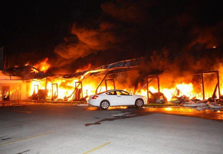 El incendio en Modatelas y el WW Gym fue alimentado por material inflamable que estaba en ambos establecimientos. (Martín González/SIPSE)