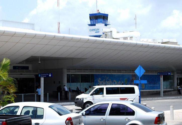 El Aeropuerto de Cancún es punto de distribución del turismo en la Península. (Israel Leal/SIPSE)