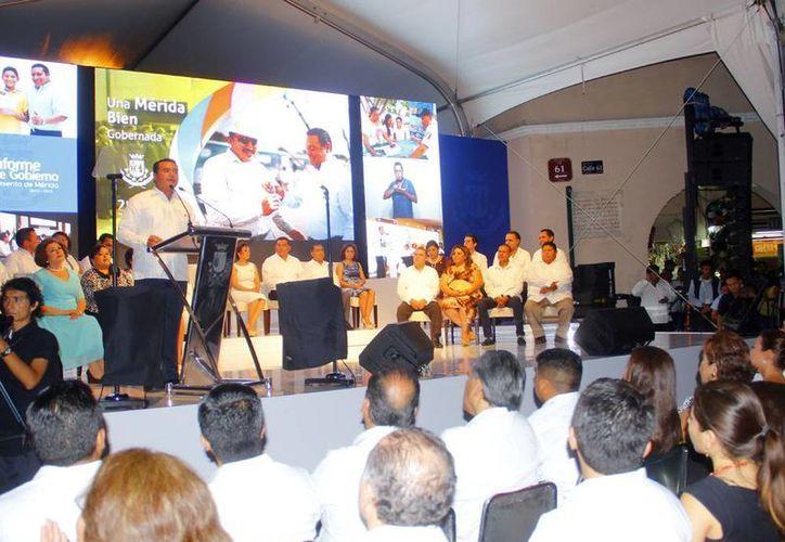 Ante cientos de personas que fueron a escuchar el informe, Renán Barrerra recomendó a su administración continuar trabajando con entusiasmo y mayor dedicación. (SIPSE)