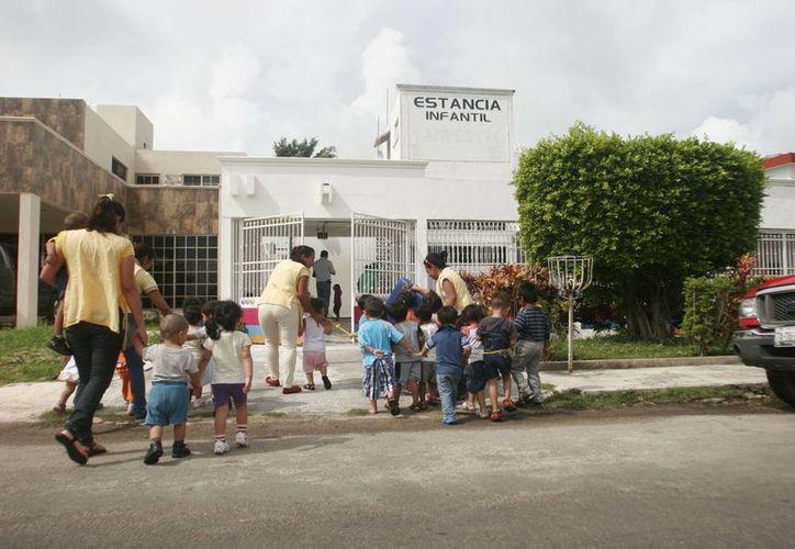Una trabajadora atiende como máximo a ocho niños en la estancia. (Harold Alcocer/SIPSE)