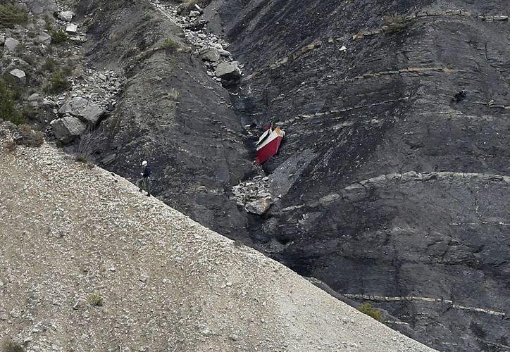 En esta imagen de archivo del 25 de marzo de 2015, un rescatista escala entre los escombros de un avión estrellado cerca de Seyne-les-Alpes, Francia, después de que un avión de Germanwings cayera contra los alpes franceses. (Agencias)