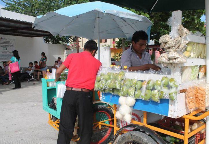 Más del 60 por ciento de los vendedores laboran dentro de los tianguis. (Hugo Zúñiga/SIPSE)