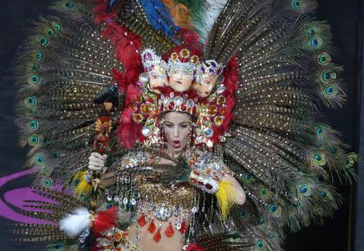"""La representante de Nicaragua en """"Miss Universo""""  Nastassja Bolivar, con el traje que ganó el concurso del """"Mejor Traje Típico"""" en Rusia. (EFE)"""