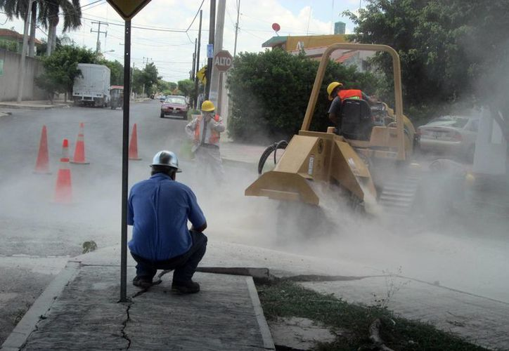 Realizan cortes en las calles que permiten recibir y distribuir hasta 10 mil litros de agua. (Milenio Novedades)