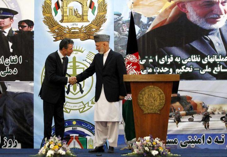 El presidente afgano, Hamid Karzai (dcha), estrecha la mano al secretario general de la OTAN, Anders Fogh Rasmussen. (EFE)