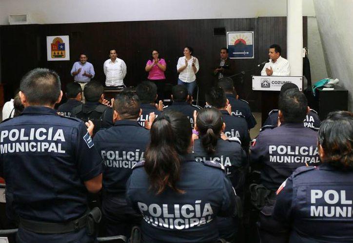 Realizan ceremonia para exhortar a los policías a regirse por los estatutos que marca la ley. (Cortesía/SIPSE)