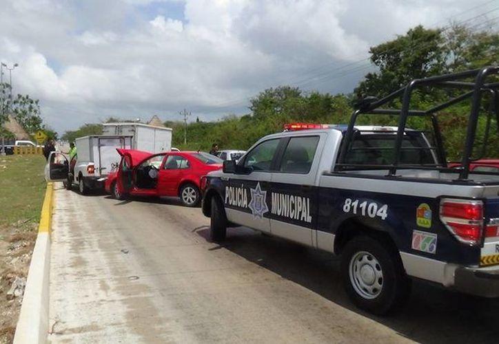 Tres vehículos se vieron involucrados en un choque ayer al mediodía en la carretera Puerto Morelos-Playa del Carmen. (Redacción/SIPSE)
