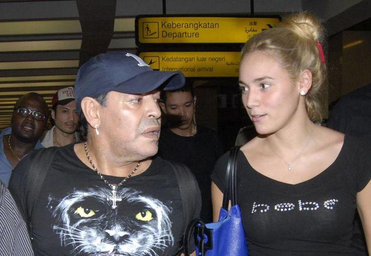 Maradona con su actual novia, Roció Oliva, a quien le cantó durante un programa de televisión en Dubai. (diariochaco.com/Foto de archivo)