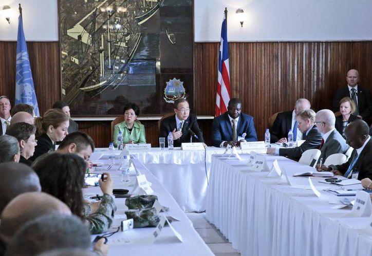 Imagen del secretario general de la ONU, Ban Ki-moon (c), durante la reunión con los responsables para coordinar las respuestas ante el ébola, en el ayuntamiento de Monrovia, en Liberia. (EFE)