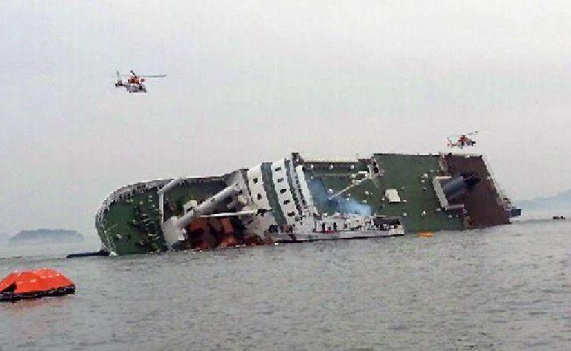 Helicópteros de rescate surcoreanos sobrevuelan un buque de pasajeros para tratar de rescatar a los pasajeros que se encuentran en el agua el miércoles 16 de abril de 2014. (Foto AP/Yonhap)