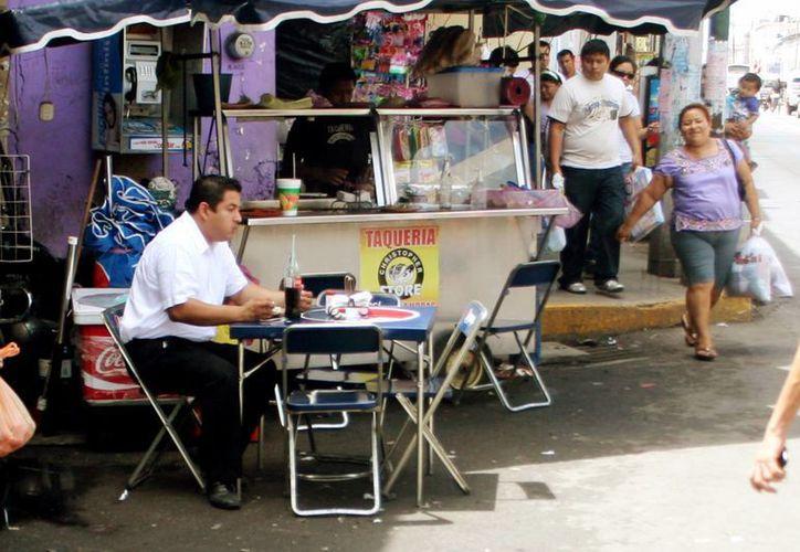 Comer en las calles y en lugares insalubres puede ocasionar la hepatitis A. (Milenio Novedades)