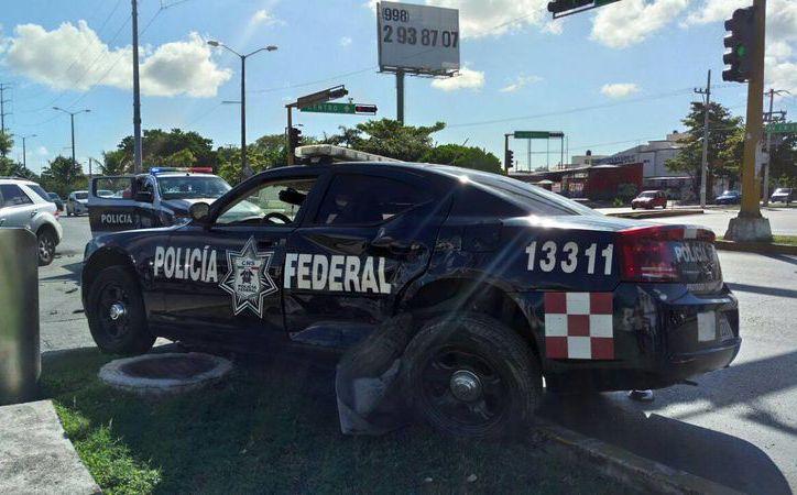 La patrulla de la Policía Federal quedó arriba del camellón. (Redacción/SIPSE)
