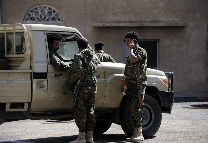 Soldados yemenís permanecen en guardia ante edificios gubernamentales en Saná, Yemen. (Archivo/EFE)