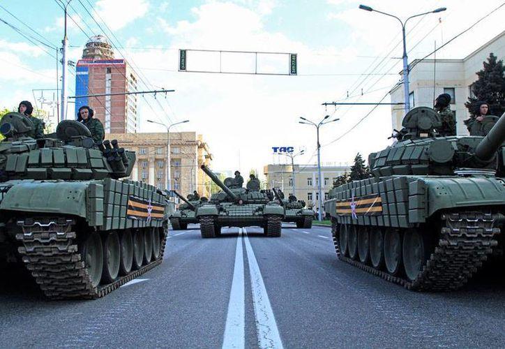 Al menos 5 soldados murieron en una de las jornadas más 'mortíferas' desde el alto al fuego en Ucrania. La imagen es de tropas que se preparan para el Desfile de la Victoria, el próximo 9 de mayo, y está utilizada como contexto. (AP)