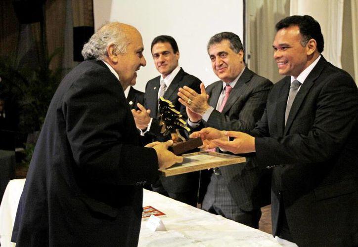 """Entrega el Gobernador el premio """"Cedros"""" a libaneses destacados. (Milenio Novedades)"""