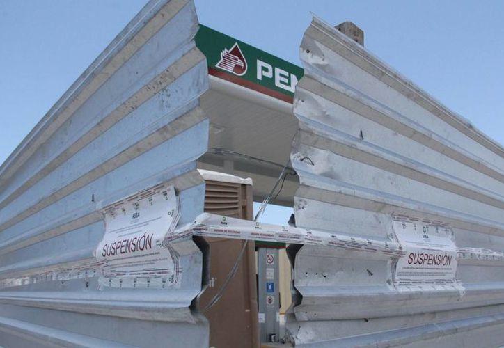 Funcionarios de la Semarnat colocaron sellos de suspensión en la gasolinera de la colonia Juan Montalvo en Progreso, luego de semanas de quejas de los vecinos de la zona. (SIPSE)