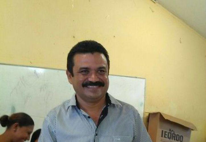 El candidato en su participación en la casilla 408 contigua. (Javier Ortiz/SIPSE)