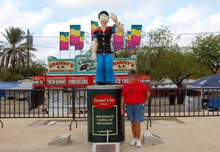 Crystal City, es una ciudad a unos 80 kilómetros de la frontera con México, que es promovida como 'la capital mundial de la espinaca' y presenta una imagen de Popeye. La mayoría de sus autoridades fueron detenidas acusados de corrupción. (Google maps)