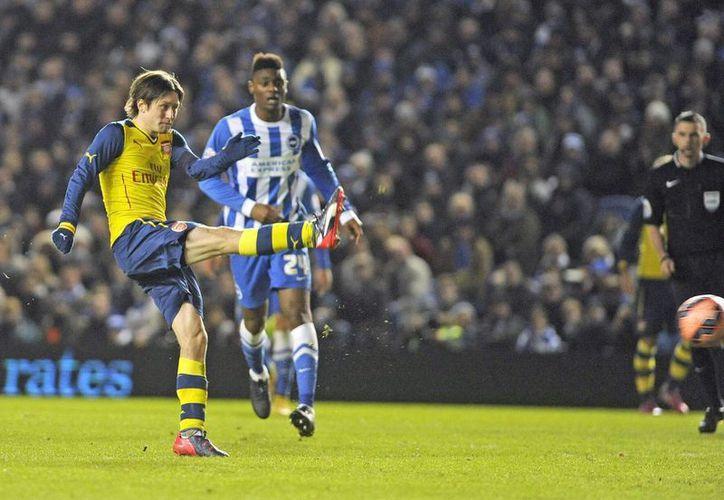 Tomas Rosicky (l) del Arsenal, logra el tercer gol durante el partido de la cuarta ronda de la FA Cup que han jugado Brighton y Arsenal. (EFE)