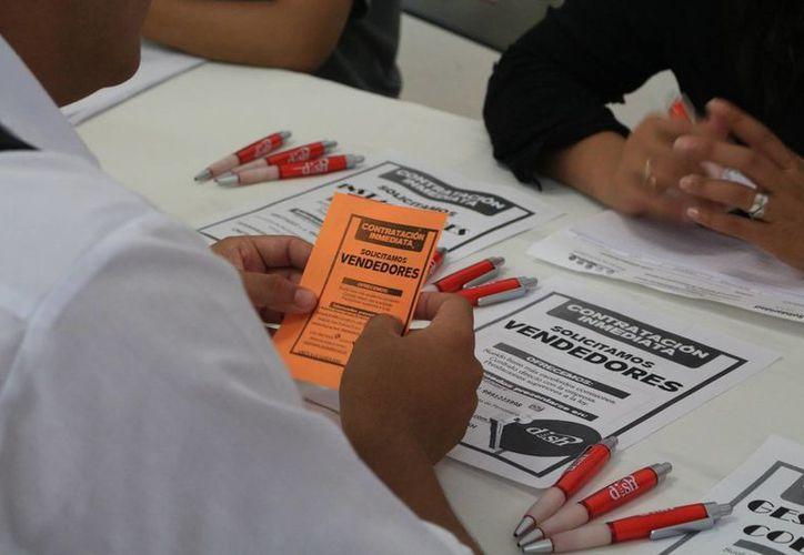 Las ferias laborales son un escaparate para los buscadores de vacantes de empleo. (Adrián Barreto/SIPSE)