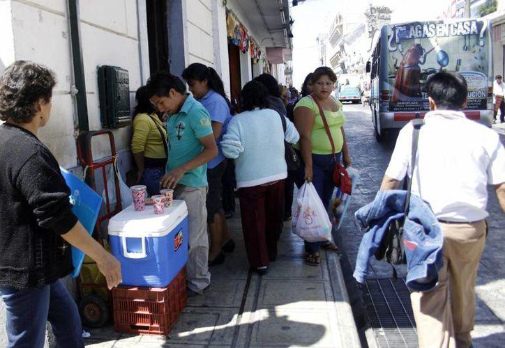 Los ambulantes mantienen fuerte presencia en el centro de la ciudad. (Christian Ayala/SIPSE)