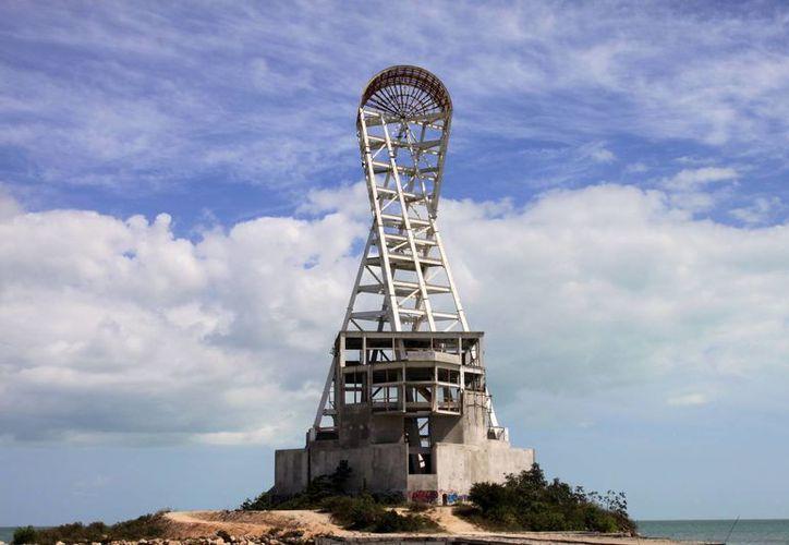 La estructura de 67 metros de altura, quedó inconclusa en 2005, el salitre y las inclemencias del clima han provocado su deterioro. (Harold Alcocer/SIPSE)