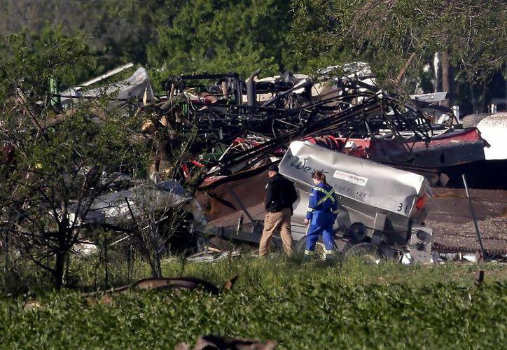 Personal policial y socorristas inspeccionando la destrucción de un complejo de departamentos a causa de la explosión de una planta de fertilizantes en West, Texas. (Agencias)