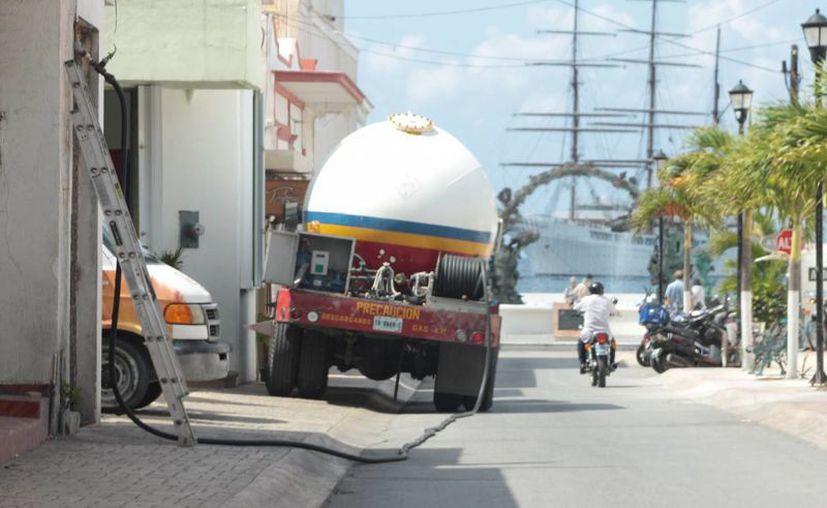 Empresas gaseras en Cozumel brindan servicio fuera del horario establecido. (Gustavo Villegas/SIPSE)